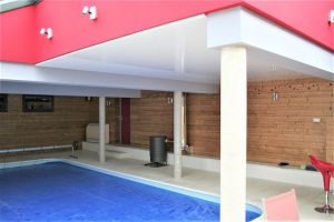 piscine-laque-blanc-plafond-tendu